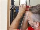 Nejdříve sikovkama odstraňte (vyšroubujte nebo ulomte)staré dveřní závěsy.