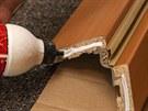 Jednotlivé obložky se spojí ve svém rohovém spoji pomocí malé vrstvy lepidla.