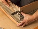 Po nanesení lepidla se pro upevnění spoje svislé části obložky a nadprahového...
