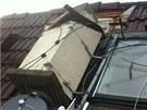 Utržený komín na domě po bouřce (4.8.2013)