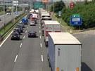 U sjezdu z dálnice D1 na 2. kilometru se v souvislosti s dopravní nehodou tvoří...
