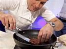 První umělý karbanátek na světě ochutnávajícím připravil šéfkuchař Richard...