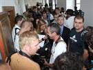 Novináři čekají před soudní síní, kde se bude projednávat případ Davida Ratha....