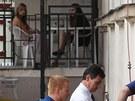 Pracovnice soudu sledují, jak justiční stráž přívádí na jednání exhejtmana