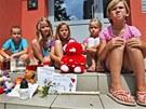Děti před domem v Karviné, kde žila osmiletá Klárka, za svou kamarádku truchlí....