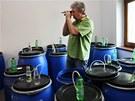 Majitel pálenice v Radkově na Opavsku Jan Škorvan kontroluje kvas zákazníků a