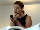Předsedkyně LIDEM Karolína Peake se připravuje na televizní vystoupení v sídle