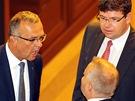 Místopředseda TOP 09 Miroslav Kalousek rozmlouvá ve Sněmovně s poslanci ODS