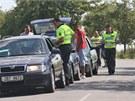 Policisté na příjezdu do Vítkova důkladně kontrolují každé auto (3. srpna 2013