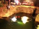 Hasiči vytahují automobil ze zatopeného lomu ve Vidnavě-Štachlovicích. (7....