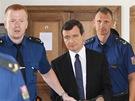 Eskorta odvádí Davida Ratha ze soudní síně