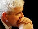 Premi�r Ji�� Rusnok sleduje projevy poslanc� p�ed hlasov�n�m o d�v��e jeho