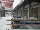 Snímek ze stavby Galerie Šantovka v Olomouci. Kromě samotného obchodního centra