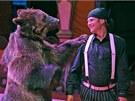 Medvědem pokousaný Berousek s  šelmou krátce po incidentu opět vystupoval.