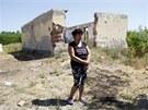Erzsebet Csorbová stojí před domem, kde útočníci zabili jejího syna a vnuka.