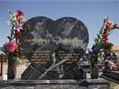 Náhrobek dvou Romů zabitých útočníky, kteří nyní za rasové vraždy dostali doživotní trest.