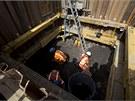 Archeologové pracují ve výkopu při budování železniční tratě Crossrail