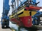 Obří jeřáb spouští opravenou plachetnici La Grace na moře