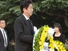 Japonský premiér Šinzó Abe položil věnec k památníku v hirošimském parku míru.