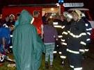 Hasiči evakuovali z vodáckého kempu ve Vojkovicích na Karlovarsku asi 30 dětí a