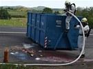 Požár odpadků z popelářského vozu hasiči likvidují na odstavném parkovišti