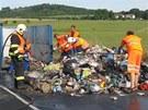 Hořící odpadky řidič popelářskéh vozu vysypal na hlavní silnici, kde nějakou