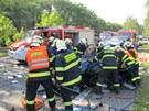 Tragick� dopravn� nehoda osobn�ho automobilu a autobusu zastavila 6. srpna...