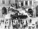 Ruský tank bourá v srpnu roku 1968 podloubí na libereckém náměstí.