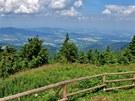 Z vrcholu Lysé se odkryjí celé Beskydy i města a vesnice v údolí.