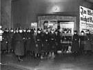 Policie hlídá berlínský Mozartsaal před demonstranty, kteří protestují proti