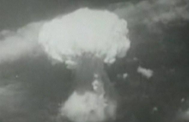 Svr�ení atomových bomb na Japonsko v roce 1945
