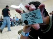 Takto kon�� v�ce ne� polovina uprchl�k� z Hondurasu - s identifika�n� karti�kou a jistotou, �e je emigra�n� ��ad USA vr�t� zp�t dom�.