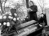 Pavel Kohout v roce 1971 na pohřbu spisovatele Jana Procházky.