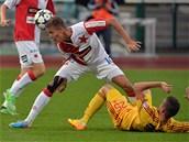 Dukla Praha - Slavia: Hostující Ondřej Petrák (vlevo) hlavičkuje, Luboš Kalouda