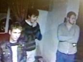 Tito tři lupiči odnesli z hotelu v pražské ulici Kladenská trezor s penězi.