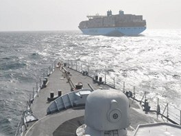 Nizozemská fregata Van Speijk doprovází největší nákladní loď Maersk McKinney
