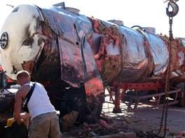 Odstranit havarovanou cisternu se podařilo až po pěti hodinách. (2. srpna 2013)