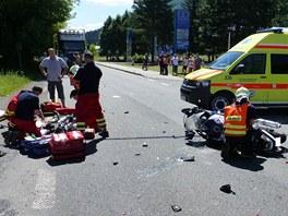 Zatímco záchranáři bojovali o život motorkáře, hasiči se starali o následky