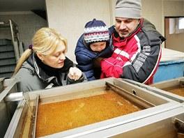 Monika Krásová, Petr Řízek a jejich dvouletý syn Vojtěch v rybí líhni prohlíží