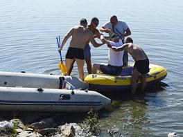 Z člunu museli prezidentovi pomáhat členové jeho ochranky.