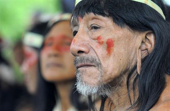 Na �zem� parku Yasuni �ije  i mnoho domorod�ch kmen�. Na sn�mku �len kmene...