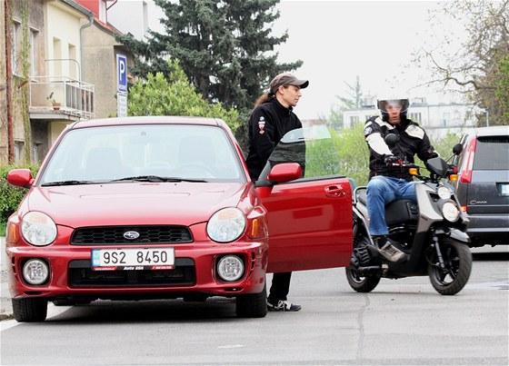 Škola jízdy na skútru: Základní bezpečnostní zásada je: nepředjíždějte auto,