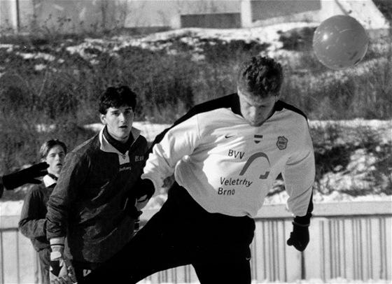 21. ČERVNA 2000. Patrik Holomek z Boby Brno hlavičkuje k brance Prostějova ve