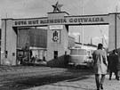 Zaměstnanci NHKG přicházejí 4. února 1971 hlavní branou na odpolední směnu.
