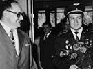 Jediný československý kosmonaut Vladimír Remek na návštěvě huti v roce 1978.