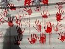 """Transparent pokrytý """"kravavými"""" otisky rukou, který se objevil při demonstraci"""
