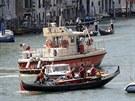 Záchranáři transportují gondolu po srážce s lodí, při které zemřel německý...