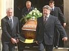 Pohřeb bývalého šéfa NKÚ Františka Dohnala v Nové Říši. Vynášení rakve z...