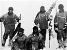 Fotografie z 18. ledna 1912 zachytila všechny členy expedice Terra Nova. Zleva:...