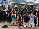 Střety mezi Mursího stoupenci a policií jsou hlášeny i z měst Mínji a Asijútu...